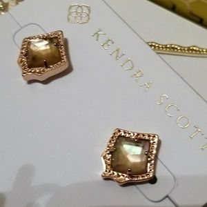 NWT KENDRA SCOTT STUD EARRINGS